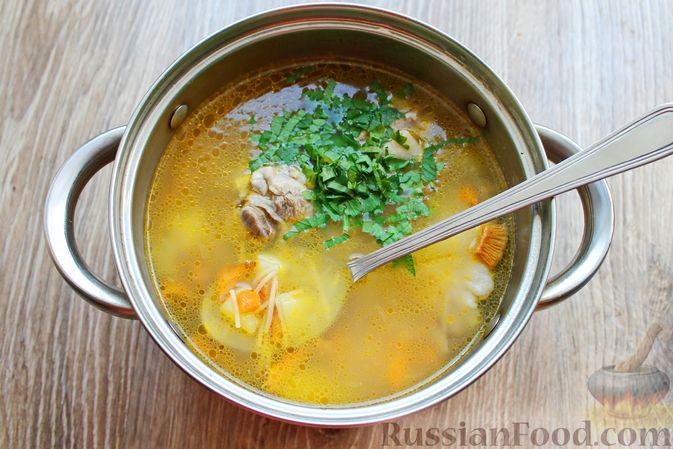 Фото приготовления рецепта: Куриный суп с лисичками и вермишелью - шаг №14