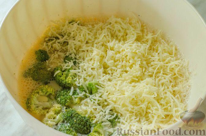 Фото приготовления рецепта: Киш с брокколи в яично-сырной заливке и беконом - шаг №7