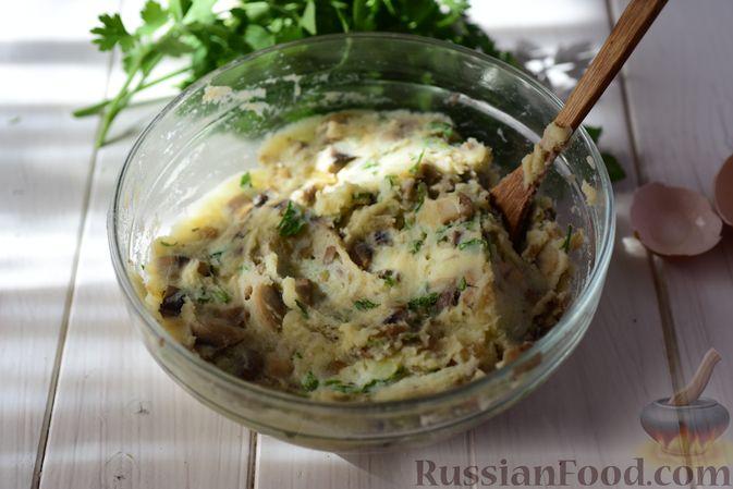 Фото приготовления рецепта: Шанежки с картофелем и грибами - шаг №14