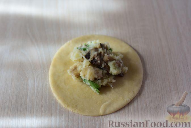Фото приготовления рецепта: Шанежки с картофелем и грибами - шаг №15