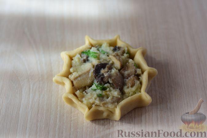 Фото приготовления рецепта: Шанежки с картофелем и грибами - шаг №16