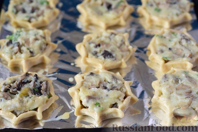 Фото приготовления рецепта: Шанежки с картофелем и грибами - шаг №17