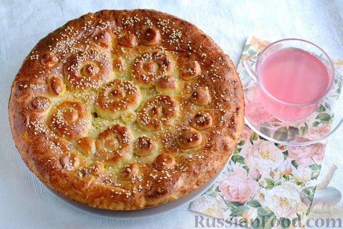 Фото к рецепту: Дрожжевой пирог с малосольными огурцами и варёными яйцами