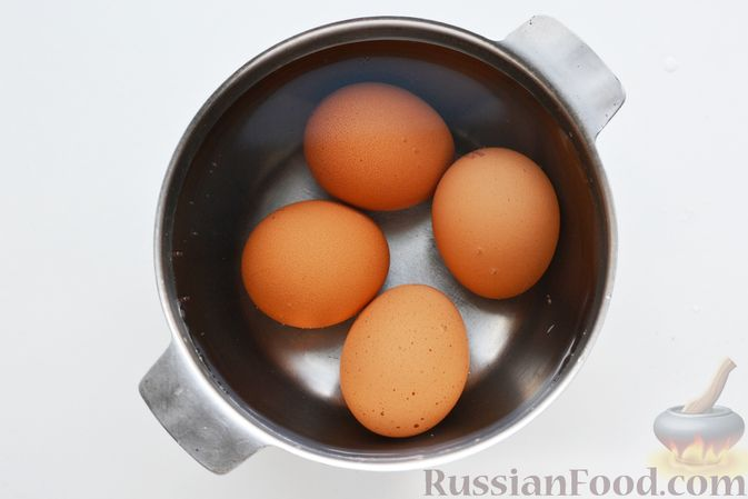 Фото приготовления рецепта: Дрожжевой пирог с малосольными огурцами и варёными яйцами - шаг №2