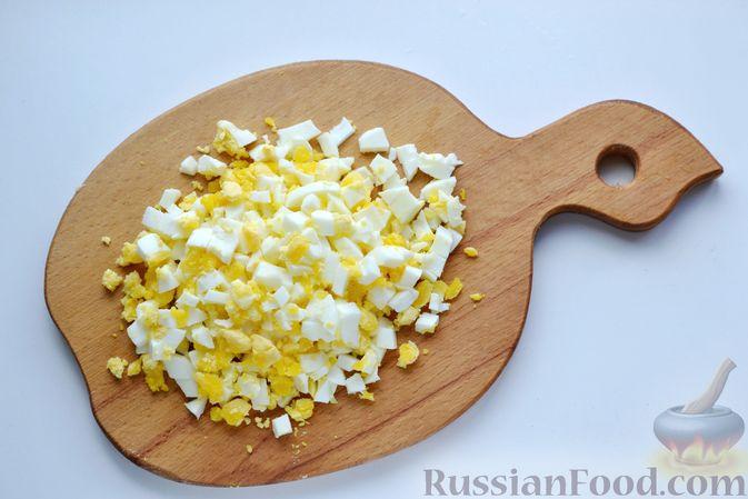 Фото приготовления рецепта: Дрожжевой пирог с малосольными огурцами и варёными яйцами - шаг №8