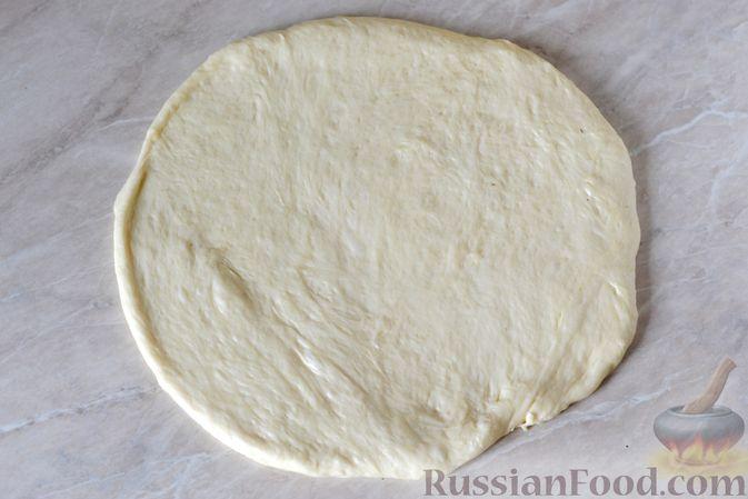 Фото приготовления рецепта: Дрожжевой пирог с малосольными огурцами и варёными яйцами - шаг №16