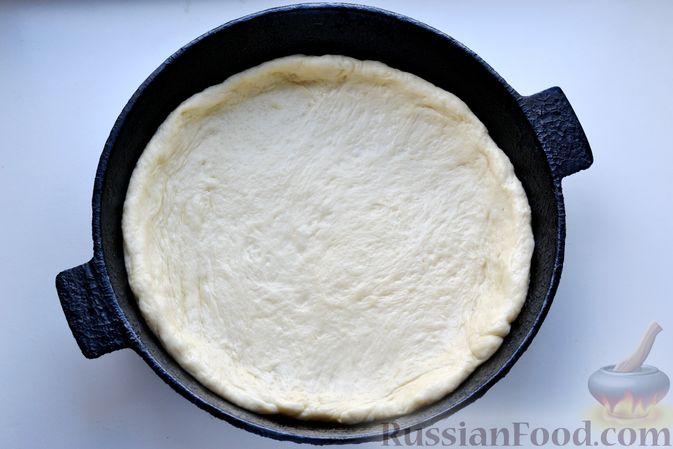 Фото приготовления рецепта: Дрожжевой пирог с малосольными огурцами и варёными яйцами - шаг №17