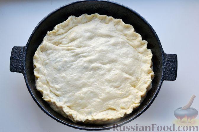 Фото приготовления рецепта: Дрожжевой пирог с малосольными огурцами и варёными яйцами - шаг №20