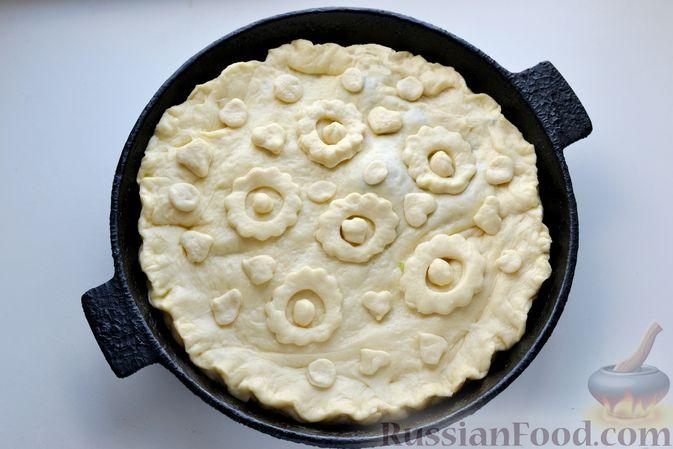 Фото приготовления рецепта: Дрожжевой пирог с малосольными огурцами и варёными яйцами - шаг №21