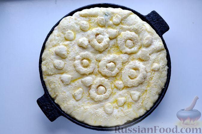 Фото приготовления рецепта: Дрожжевой пирог с малосольными огурцами и варёными яйцами - шаг №22