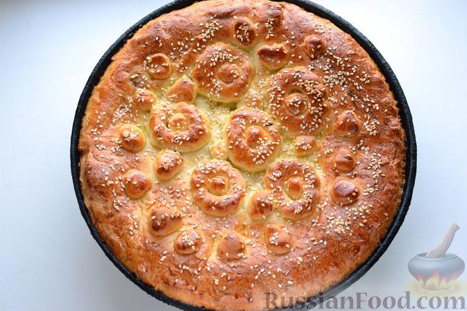 Фото приготовления рецепта: Дрожжевой пирог с малосольными огурцами и варёными яйцами - шаг №23