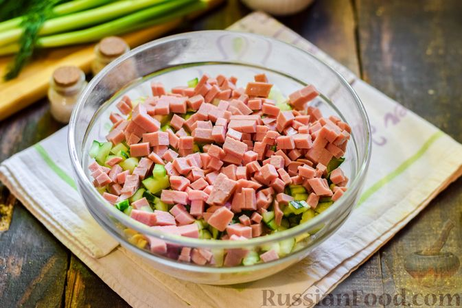 Фото приготовления рецепта: Окрошка на квасе, с килькой в томатном соусе и колбасой - шаг №6