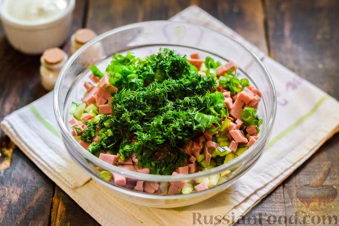 Фото приготовления рецепта: Окрошка на квасе, с килькой в томатном соусе и колбасой - шаг №7