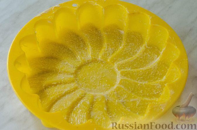 Фото приготовления рецепта: Миндальный пирог-пудинг со сливами - шаг №10