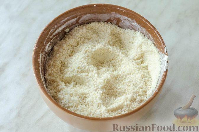 Фото приготовления рецепта: Миндальный пирог-пудинг со сливами - шаг №7