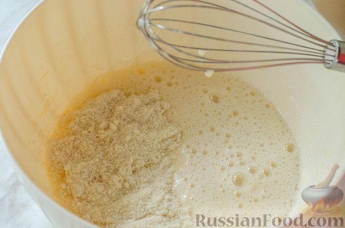 Фото приготовления рецепта: Миндальный пирог-пудинг со сливами - шаг №8