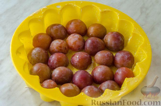 Фото приготовления рецепта: Миндальный пирог-пудинг со сливами - шаг №11
