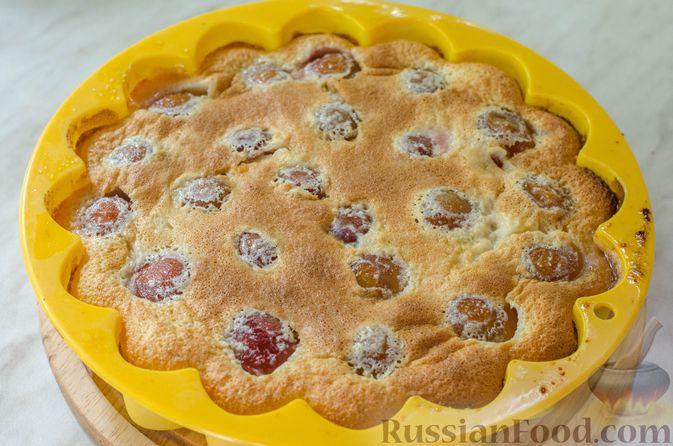 Фото приготовления рецепта: Миндальный пирог-пудинг со сливами - шаг №13