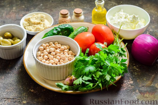 Фото приготовления рецепта: Холодный суп-пюре из нута с овощами, оливками, кунжутной пастой и фетой - шаг №1