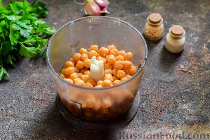 Фото приготовления рецепта: Холодный суп-пюре из нута с овощами, оливками, кунжутной пастой и фетой - шаг №4