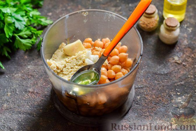 Фото приготовления рецепта: Холодный суп-пюре из нута с овощами, оливками, кунжутной пастой и фетой - шаг №5