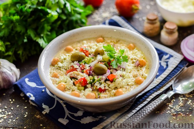 Фото к рецепту: Холодный суп-пюре из нута с овощами, оливками, кунжутной пастой и фетой
