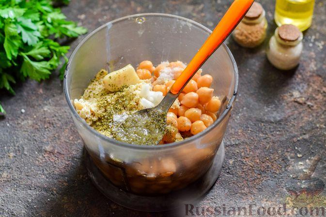 Фото приготовления рецепта: Холодный суп-пюре из нута с овощами, оливками, кунжутной пастой и фетой - шаг №6