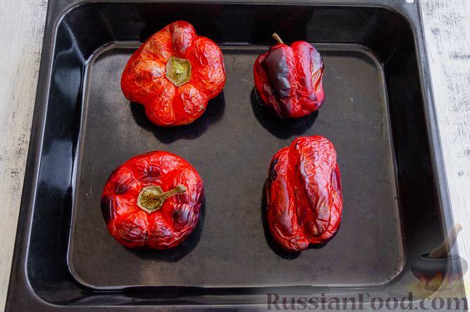 Фото приготовления рецепта: Запечённый болгарский перец, маринованный с чесноком и оливковым маслом - шаг №3