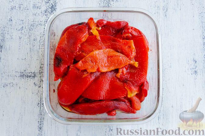 Фото приготовления рецепта: Запечённый болгарский перец, маринованный с чесноком и оливковым маслом - шаг №8