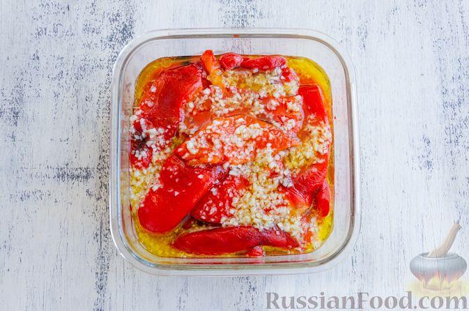 Фото приготовления рецепта: Запечённый болгарский перец, маринованный с чесноком и оливковым маслом - шаг №9