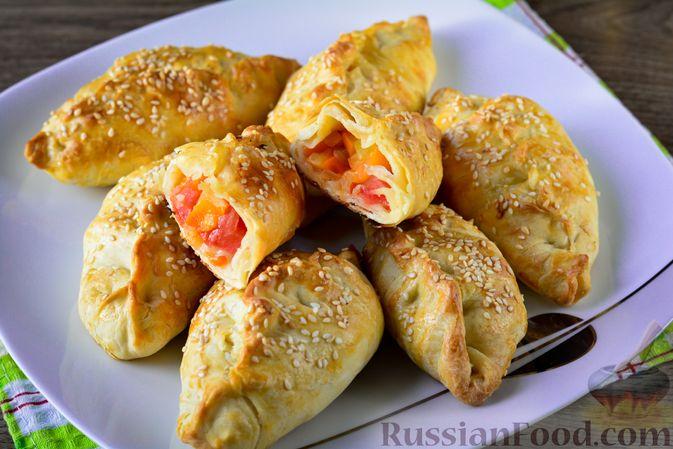 Фото к рецепту: Пирожки из слоёного теста с овощной начинкой