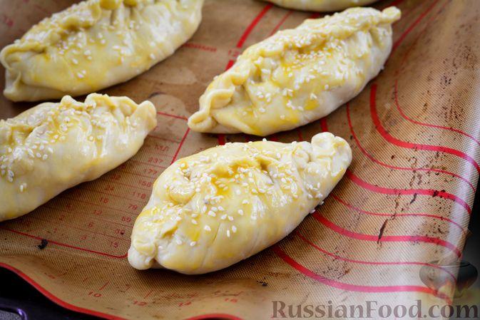 Фото приготовления рецепта: Пирожки из слоёного теста с овощной начинкой - шаг №16