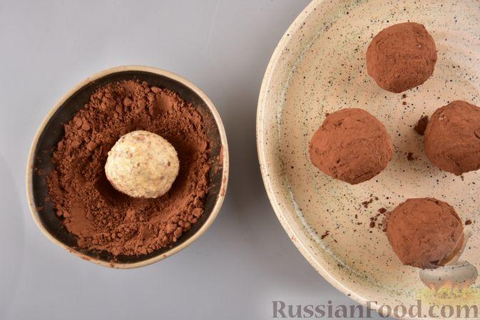 Фото приготовления рецепта: Конфеты из безе с грецкими орехами и творожным сыром - шаг №14