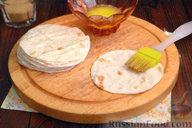 Фото приготовления рецепта: Тарталетки из лаваша с мороженым, кукурузными хлопьями и мёдом - шаг №4