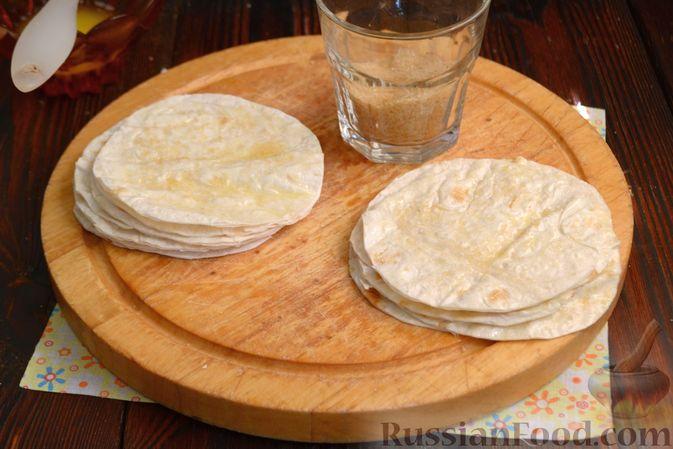 Фото приготовления рецепта: Тарталетки из лаваша с мороженым, кукурузными хлопьями и мёдом - шаг №5