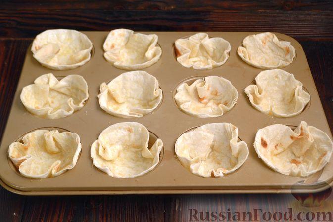Фото приготовления рецепта: Тарталетки из лаваша с мороженым, кукурузными хлопьями и мёдом - шаг №6