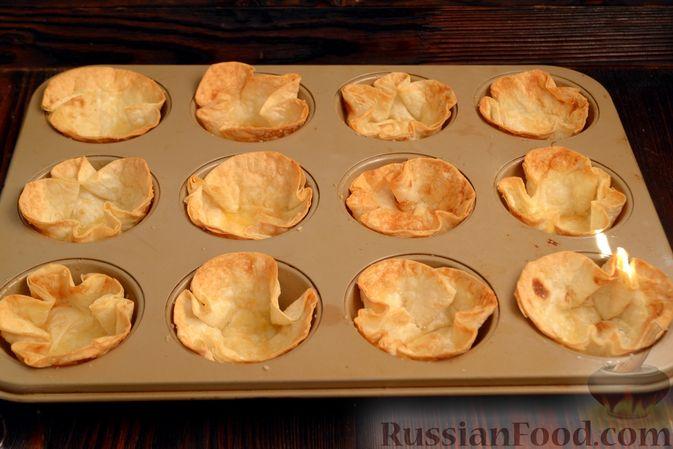 Фото приготовления рецепта: Тарталетки из лаваша с мороженым, кукурузными хлопьями и мёдом - шаг №9