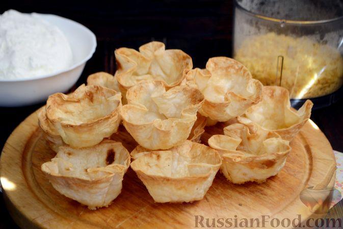 Фото приготовления рецепта: Тарталетки из лаваша с мороженым, кукурузными хлопьями и мёдом - шаг №10