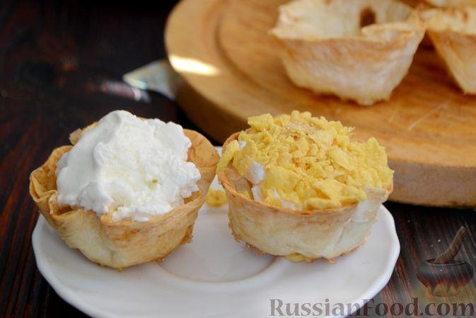 Фото приготовления рецепта: Тарталетки из лаваша с мороженым, кукурузными хлопьями и мёдом - шаг №11