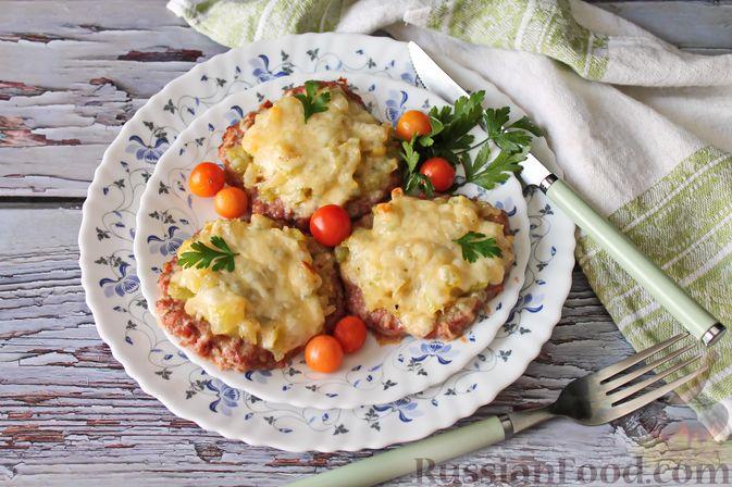 Фото к рецепту: Мясные котлеты под овощами и сыром