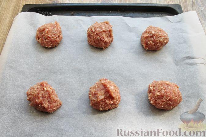 Фото приготовления рецепта: Мясные котлеты под овощами и сыром - шаг №8