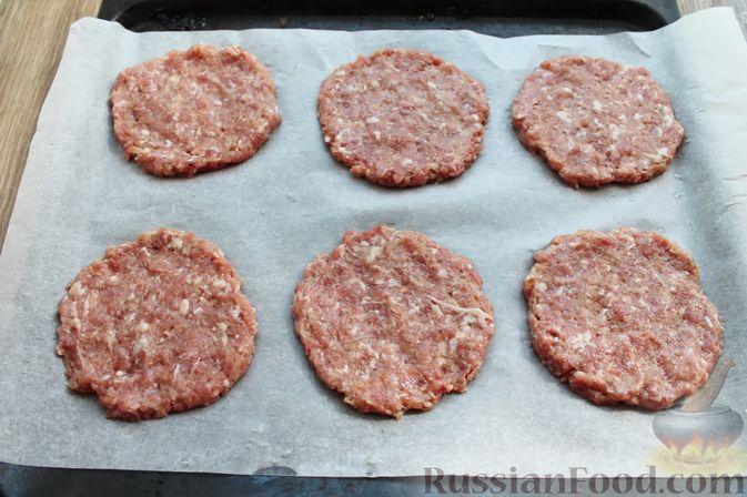 Фото приготовления рецепта: Мясные котлеты под овощами и сыром - шаг №9