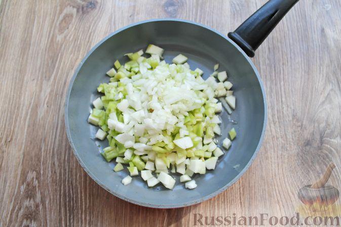Фото приготовления рецепта: Мясные котлеты под овощами и сыром - шаг №13