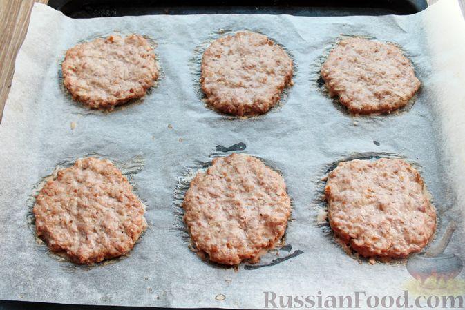 Фото приготовления рецепта: Мясные котлеты под овощами и сыром - шаг №10