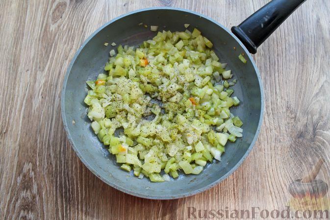 Фото приготовления рецепта: Мясные котлеты под овощами и сыром - шаг №14