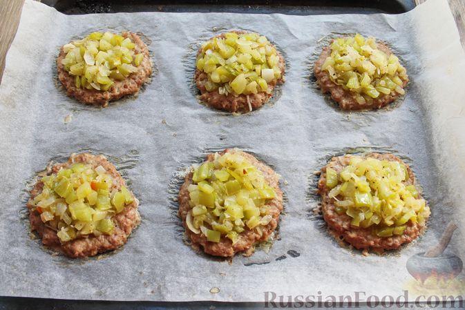 Фото приготовления рецепта: Мясные котлеты под овощами и сыром - шаг №16
