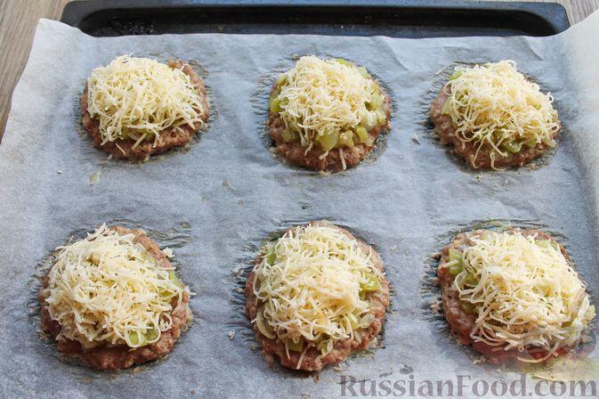Фото приготовления рецепта: Мясные котлеты под овощами и сыром - шаг №17