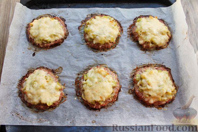 Фото приготовления рецепта: Мясные котлеты под овощами и сыром - шаг №18