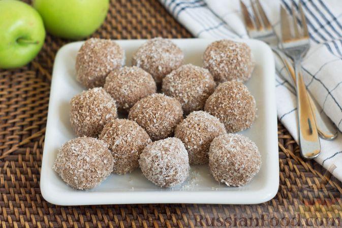 Фото к рецепту: Конфеты из яблок с изюмом, семечками и кокосовой стружкой