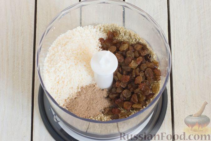 Фото приготовления рецепта: Конфеты из яблок с изюмом, семечками и кокосовой стружкой - шаг №4